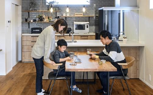 坂根工務店住宅のダイニングでくつろぐ家族