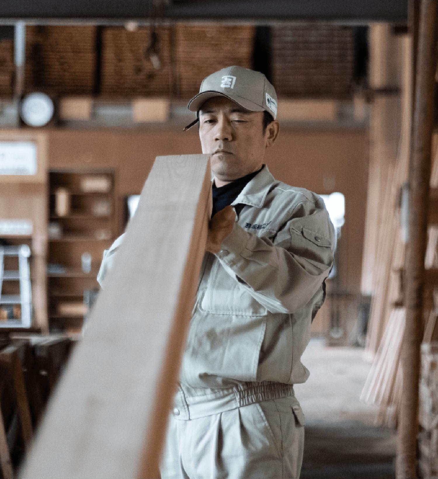 加工場で木材を加工する大工