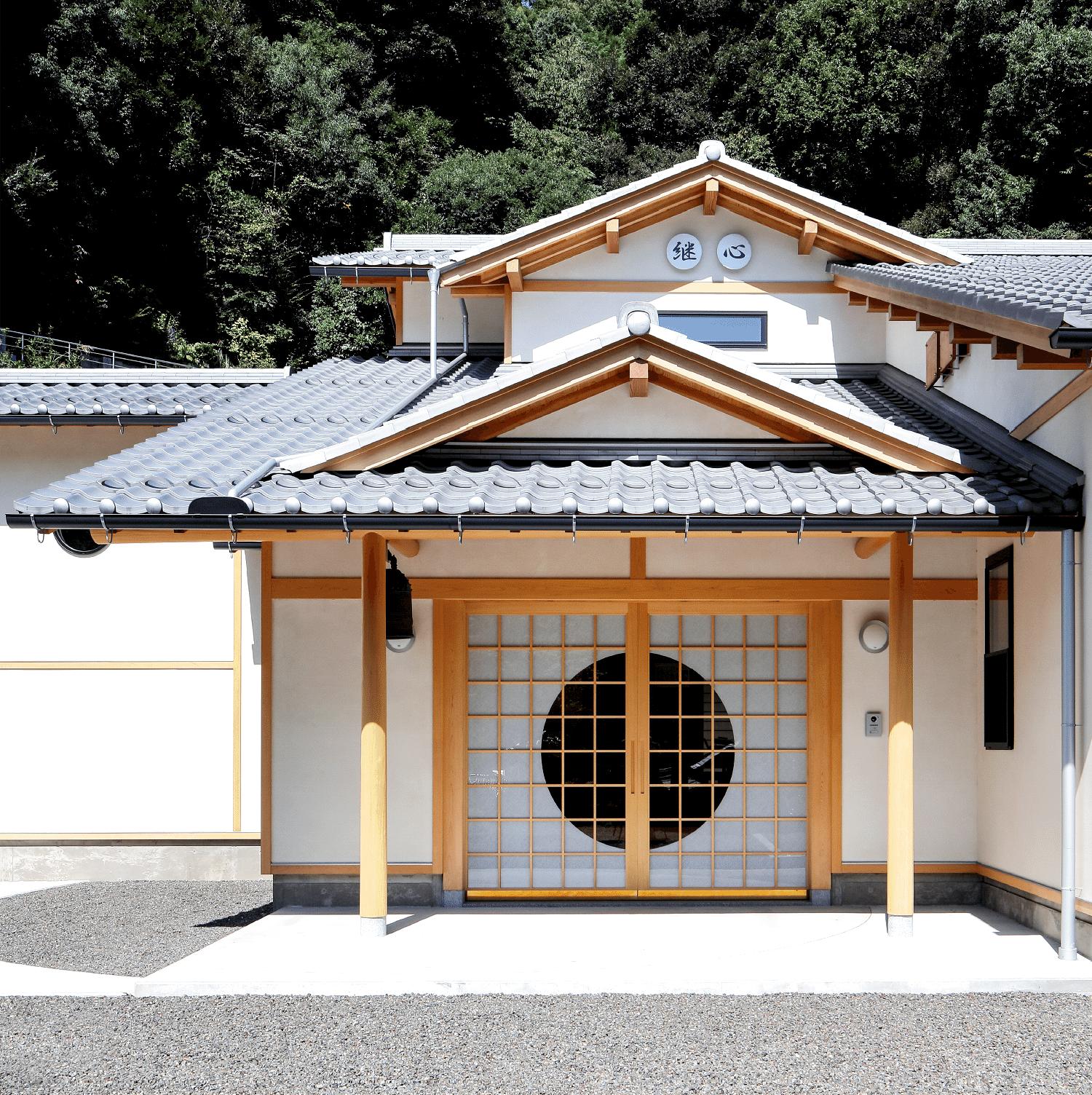 坂根工務店建築の寺院外観