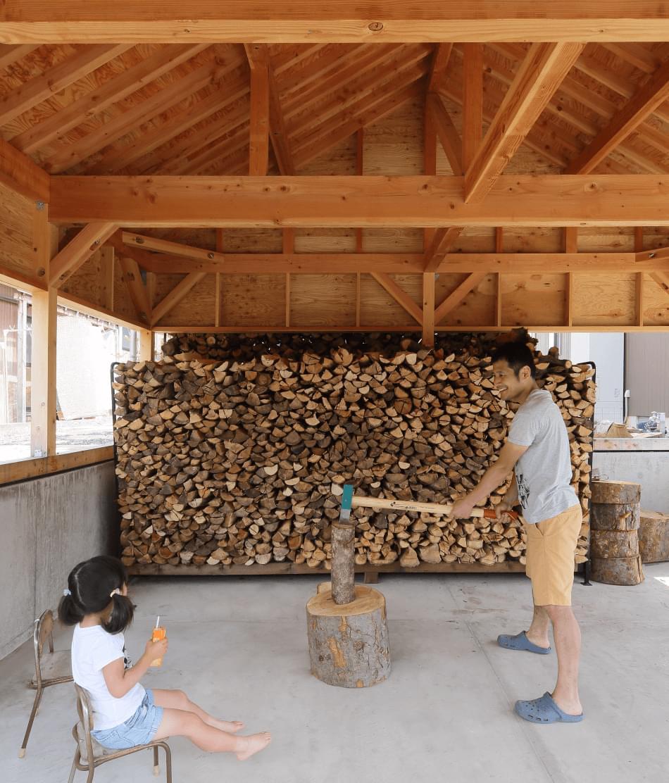 薪割りを楽しむ親子